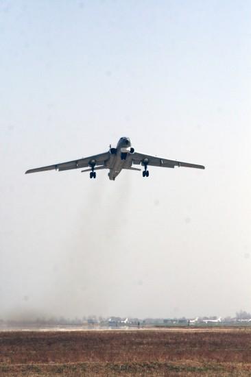 3月9日,一架执行防凌任务的战机起飞前往黄河内蒙古段凌汛区。新华社发(王振