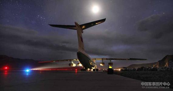 在跑道灯光的引导下,一架架救灾飞机安全往返玉树机场。