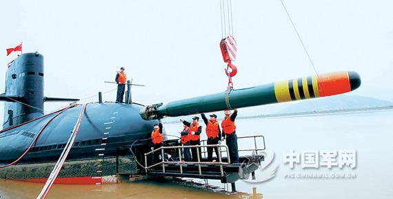 东海舰队宋级常规潜艇应急吊装鱼雷