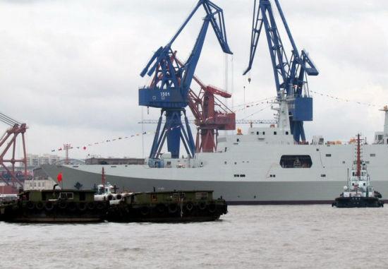 网友拍摄中国第三艘071级坞登舰下水
