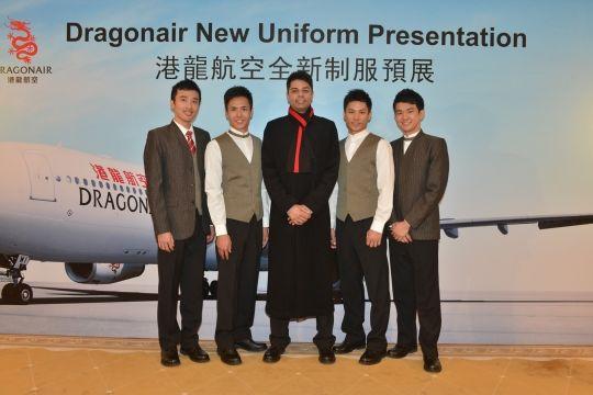 男装制服橄榄绿色外套及背心采用崭新设计,白衬衣亦根据不同职级设计各异。