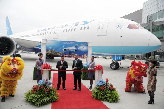 新浪航空讯 2014年8月29日,埃弗雷特波音和厦门航空公司今日庆祝了厦航接收其首架787梦想飞机。   厦门航空董事长兼总经理车尚轮表示:我们非常高兴接收首架787梦想飞机,这也是我们全波音机队迎来的首架宽体机。凭借创新技术和超群效率,787梦想飞机将成为我们持续发展和国际拓展的关键因素。   今日接收首架787-8飞机后,厦门航空成为了中国第三家运营787的航空公司。厦航将把787投入到连接福建省与欧洲、北美和澳洲之间的远程航线。   1984年成立的厦门航空是中国民航总局与地方政府的首家合