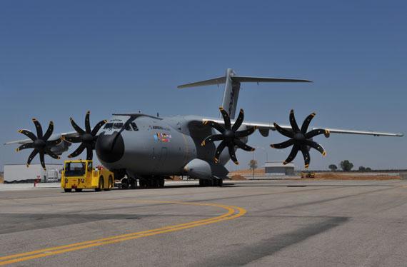 图文:拖行中的空客A400M运输机