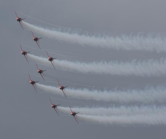 图文:红箭特技飞行表演队为观众演出