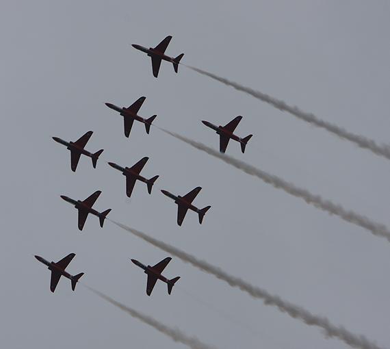 图文:红箭特技飞行表演队在范堡罗演出