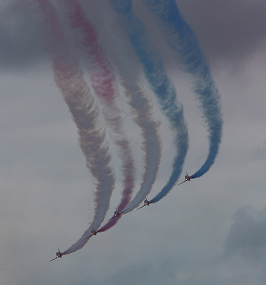 图文:英国红箭飞行表演队编队飞行