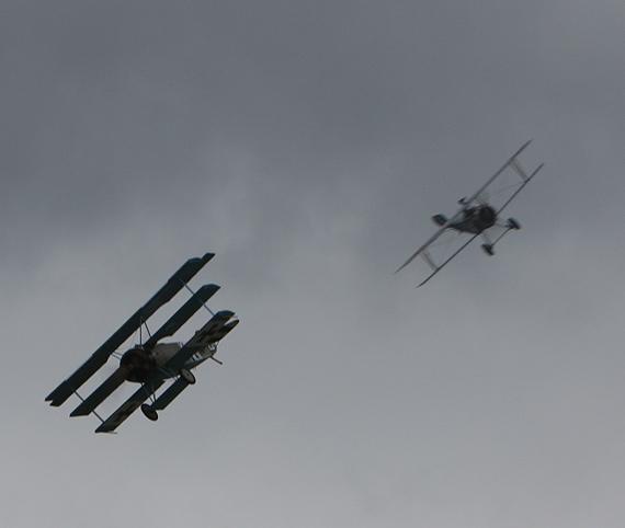 图文:二战时期飞机进行空战表演