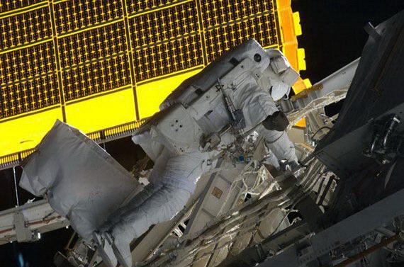 """""""奋进""""号航天飞机机组两名宇航员18日在国际空间站外"""