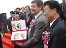 深航董事长赵祥赠与空客中国公司总裁博龙礼品