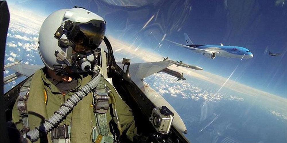 荷兰F-16战机飞行员自拍伴飞该国首架787客机