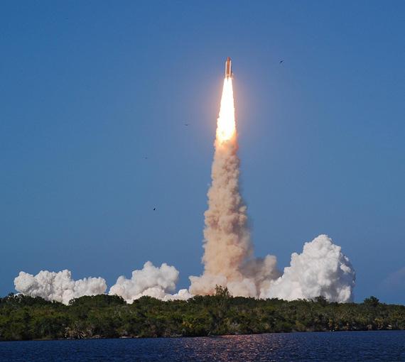 美国发现号航天飞机与国际空间站对接