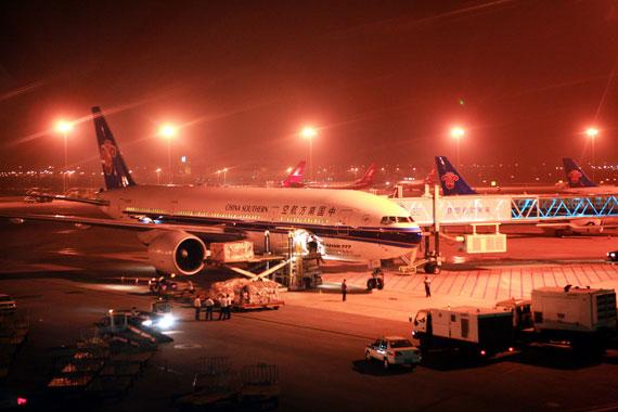 南航备份航班昼夜保障北京奥运会运输工作(摄影:罗广泰)