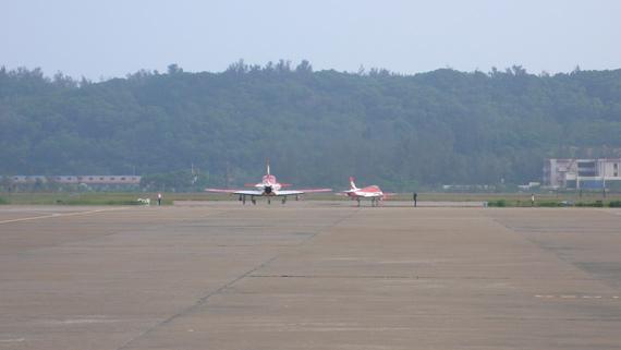2日,四架教练机进行飞行训练。(王兰摄 新浪网独家版权,禁止转载)