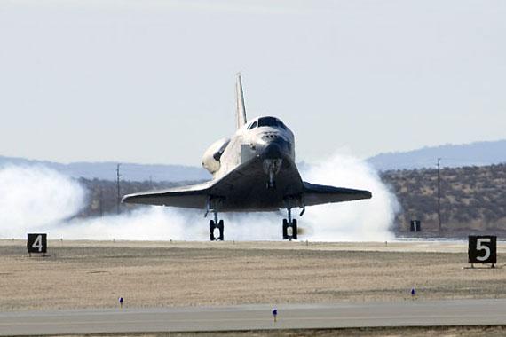 中新网12月8日电 综合报道,据美国宇航局官员7日称,由于天气恶劣,奋进号航天飞机返回佛罗里达的时间被推迟到9日。   上星期,由于佛罗里达遭遇恶劣天气,奋进号在从爱德华兹空军基地返回的过程中,被迫改道。奋进号从加利福尼亚到佛罗里达的运输将花费180万美元。