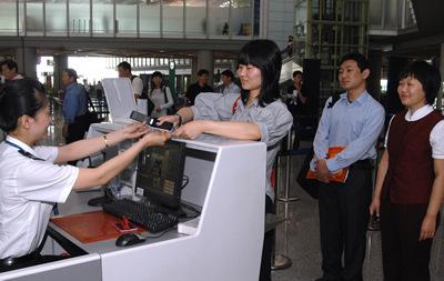 通过手机办理完乘机登记手续的旅客顺利通过安检。王泽民摄影