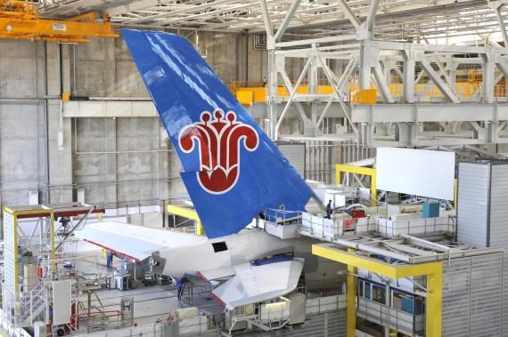 南方航空首架空中客车A380飞机完成尾翼安装