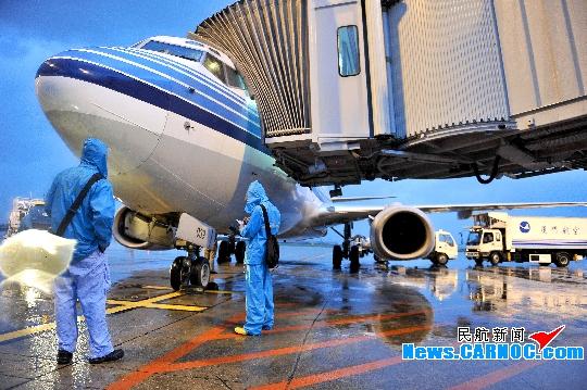 图1:地服工作人员告知旅客航班信息。   民航资源网2010年9月22日消息:受超强台风凡亚比的影响,9月19、20日厦门航空有限公司(Xiamen Airlines Ltd.,简称厦航)共取消近150个航班,大面积的航班延误导致大量旅客积压在机场,厦航一线工作人员以旅客为重,昼夜奋战,尽全力为延误旅客提供周到服务。   20日7时,凡亚比在福建省漳州市漳浦县沿海登陆,厦门高崎国际机场(简称厦门机场)笼罩在一片风雨之中。部分没有得知航班延误的旅客冒着风雨赶到机场,由于天气条件恶劣,已确定