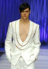 性感领口展示男性胸肌