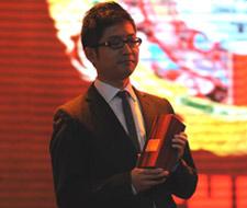 梅赛德斯-奔驰文化中心落户上海 梅赛德斯-奔驰(中国)汽车销售有限公司市场部经理李选平领奖