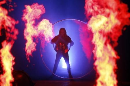 金属伸展台上喷射出火焰