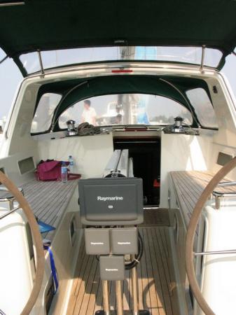 舒适的船甲板空间,木质休闲长椅,十分便于休闲垂钓;下到船舱内部,看似