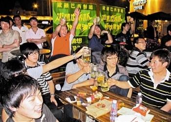 天津市一些露天的酒吧广场实时播放世界杯盛况,球迷们沉浸在欢乐的海洋之中