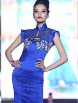 蓝色印花礼服显迷人曲线