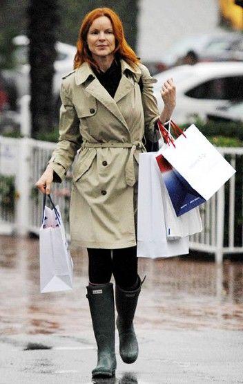 雨靴与系带风衣搭配