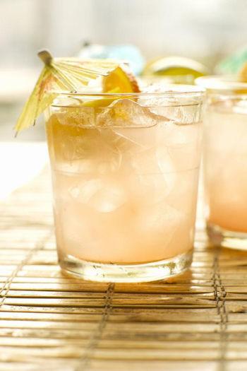 关于静物画有声的写生步骤单个含酒精饮料杯
