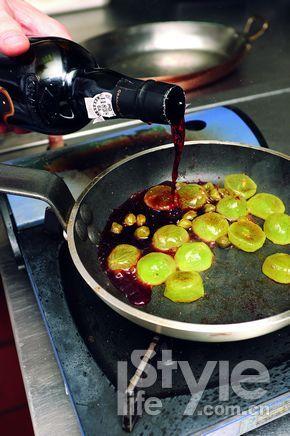 葡萄丁翻炒,放入少许酸豆和格兰姆红宝石波特酒调味