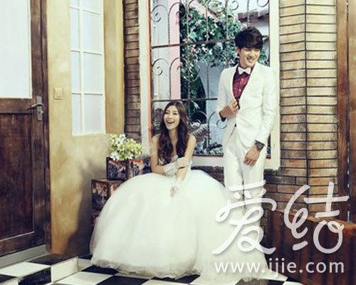 青岛婚纱摄影,奢侈华丽的欧式风pk唯美细腻的韩式风