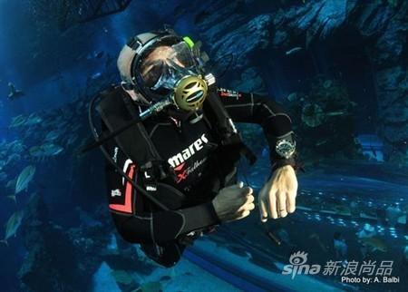 世界潜水冠军Gianluca Genoni为嘉宾展示精彩的潜水特技表演