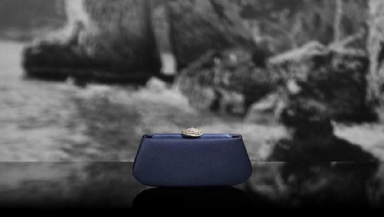 Chanel(香奈儿)推出2012度假系列:蓝色卡扣包