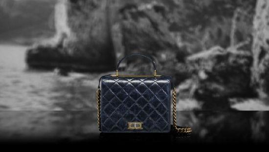 Chanel(香奈儿)推出2012度假系列:深蓝两用包