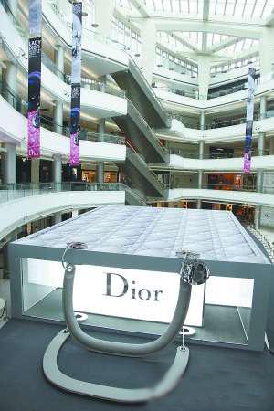 """商场里的""""Lady Dior""""建筑"""