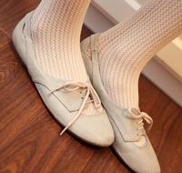 灰白色的经典小皮鞋很女人