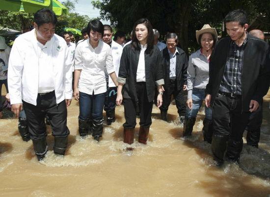 女人穿雨鞋