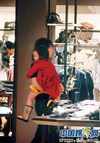 王菲带李嫣购物