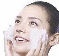 温和洁面清除面部角质