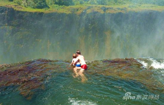 有不少父母甚至会带着他们年幼的孩子来一睹这震撼的水景