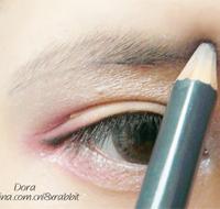 用灰色的眉笔勾勒出眉毛形状