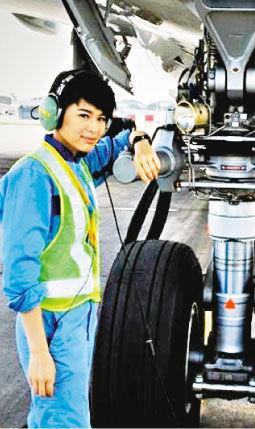 胡杏儿于剧集《冲上云霄II》饰演飞机维修员,昨天(8月21日)在机场取景