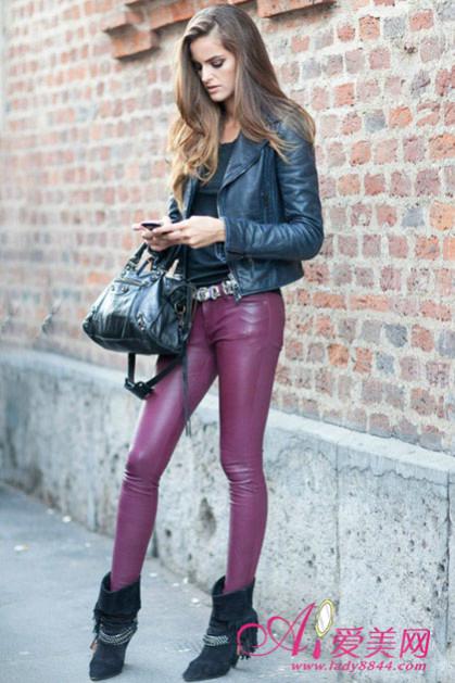 黑皮上衣-黑色皮衣+枣红皮裤-皮衣搭配皮裤勾勒紧致身段