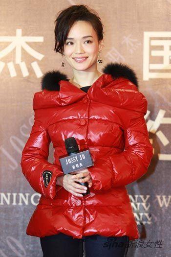 李宇春红色羽绒服衬托白皙肌肤