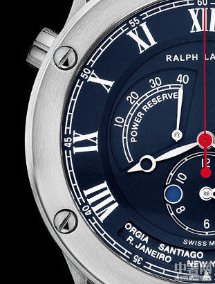 此腕表配备昼、夜显示,并可同时显示当地时间和第二时区时间,后者可通过镌刻有24 座城市名称的圆盘加以选择。