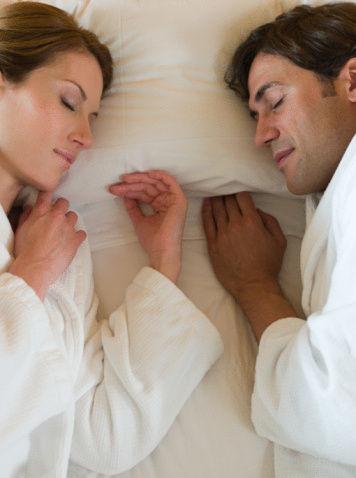 老公穿文胸睡觉好吗:我是男的晚上睡觉爱穿超紧的文胸 对身体好吗?