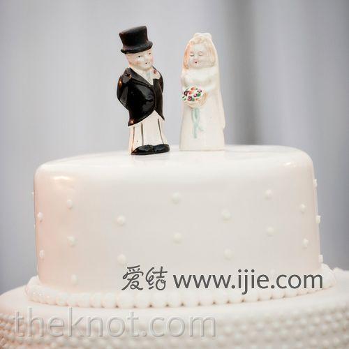 婚礼蛋糕顶端的两个小人很可爱哦,象征着新人会一起携手走到白头.