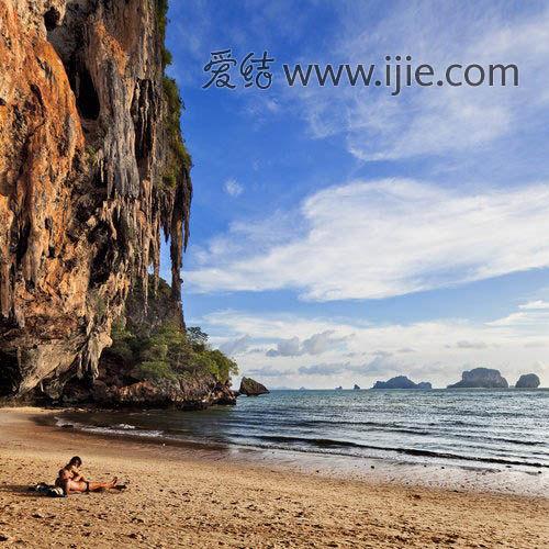 帕囊海滩的沙滩就分布在岩壁下,别有一番风味,整个海滩有种世外桃源的感觉。