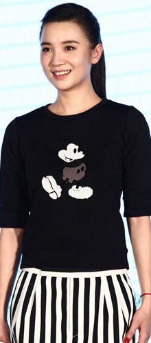 小宋佳黑色休闲体恤搭配条纹直筒裙,扎着马尾辫,很有青春活力.