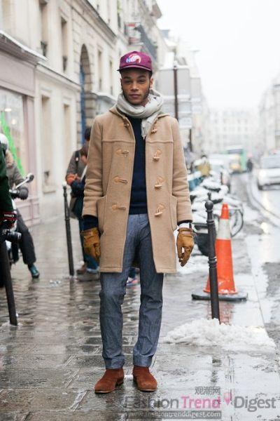 牛角扣的米色外套搭配牛仔裤